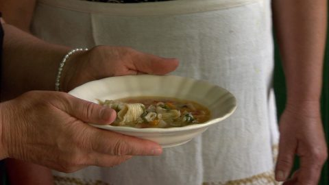 Köménymagos leves, bordán sirített laskával (tésztával)