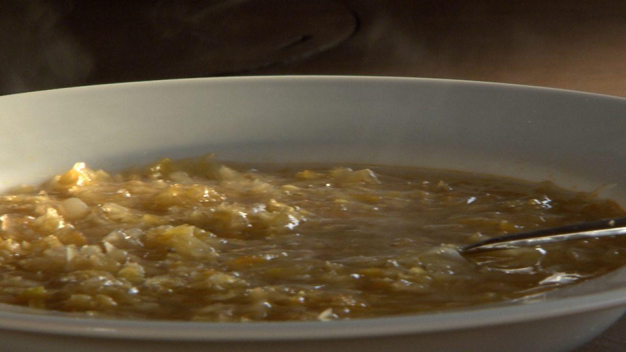 Vöröslencsés káposzta leves