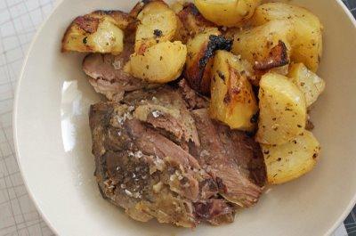 Báránysült főtt burgonyával és babsalátával