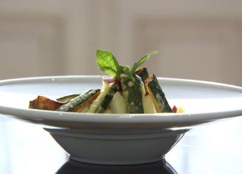 Almás csicsóka saláta cukkini tempurával