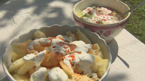 """Burgonyaszeletek csipetkével és tejfölös uborkasalátával - """"Krumpernschnietz und kles"""""""